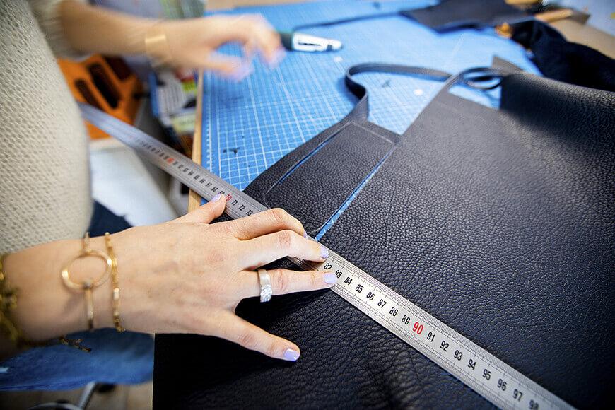 fabrication d'un sac en cuir par un artisan maroquinier